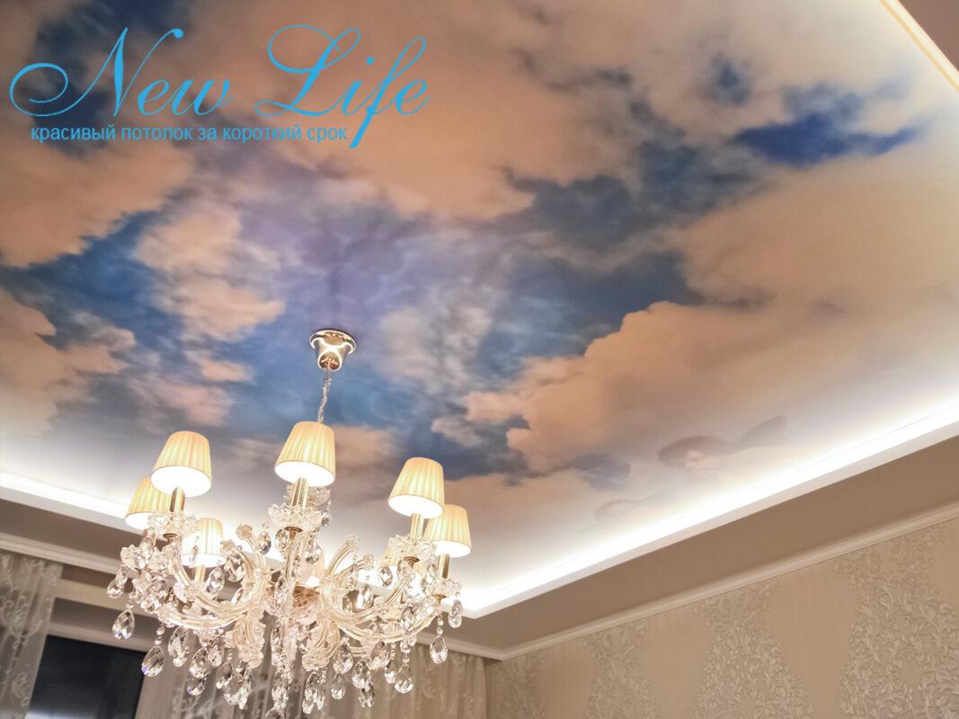 Натяжной потолок с арт-печатью, светодиодной подсветкой по периметру и люстрой в центре