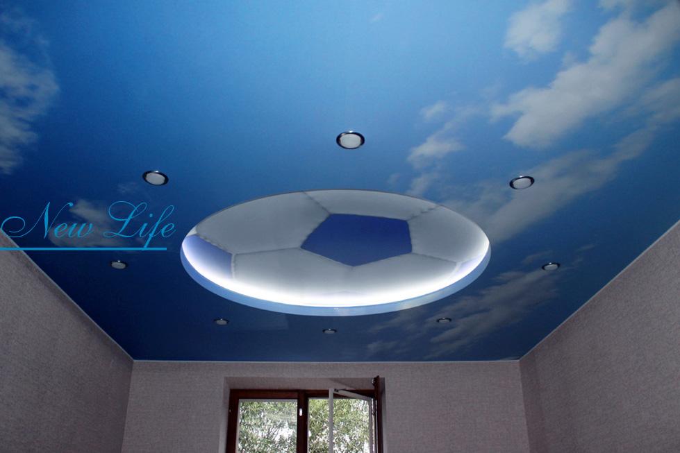 Фотопечать на натяжном потолке- футбольный мяч в небе
