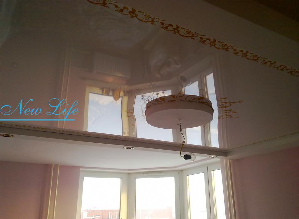 Фотопечать орнамент на лаковом натяжном потолке в составе двухуровневого потолка