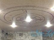 арт печать с компасом на матовом потолке