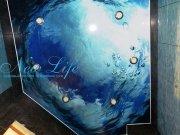 Фотопечать на натяжном лаковом потолке в ванной - море
