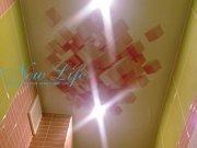 Лаковый натяжной потолок с арт печатью и встроенными светильниками