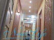 Бежевый глянцевый потолок в коридоре