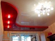 Двухуровневый бело-красный лаковый потолок