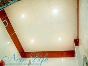 Лаковый потолок в ванной