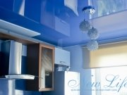 Синий лаковый потолок сочетается с цветом стен