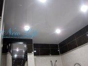 Белый лаковый (глянцевый) натяжной потолок в ванной со встроенными светильниками
