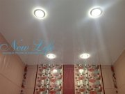 Белый лаковый натяжной потолок со встроенными светильниками в ванной комнате