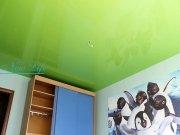 Лаковый цветной потолок  в детской