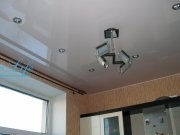 Классичекий лаковый цветной натяжной потолок с потолочной люстрой и  галогенными светильниками