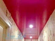 Натяжной потолок в коридоре из красной лаковой фактуры