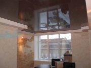 Лаковый натяжной потолок цветной в составе многоуровневого в офисе