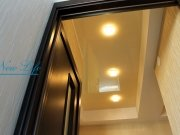 Лаковый натяжной потолок со встроенными светильниками в коридоре