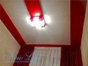 Лаковый натяжной потолок из красного и белого полотна в составе двухуровневой конструкции