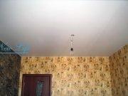 Матовый белый натяжной потолок с отверстием под люстру в комнате