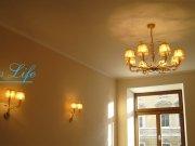 Матовый потолок в спальне с люстрой