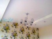 Матовый белый натяжной потолок с потолочной люстрой, многоуровневый