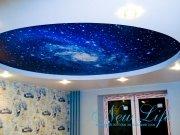 Звездное небо на фоне арт печати в двухуровневом потолке