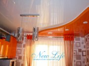 сочетание белого и оранжевого цвета в двухуровневом лаковом потолке