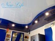 Сочетание двухуровневого потолка и фасада кухни