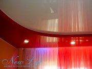Двухуровневый натяжной потолок из красного и белого лакового полотна