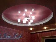 Двухуровневый натяжной потолок с оформлением круглой конструкции фактурой в цвет обоев