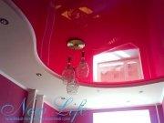 Двухуровневый натяжной потолок с использованием красной лаковой фактуры и светлой сатиновой