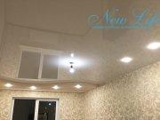 двухуровневый потолок с включёнными светильниками