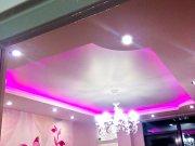 двухуровневый потолок с закруглёнными углами LED подсветкой