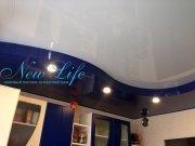 Двухуровневый лаковый (глянцевый) натяжной потолок  со встроенными светильниками