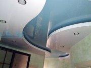 Двухуровневый натяжной потолок из лаковой (глянцевой) фактуры разных цветов