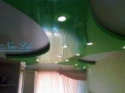 Двухуровневый натяжной потолок из лаковой (глянцевой) фактуры разных цветов с встроенными потолочными светильниками