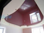 Двухуровневый натяжной потолок из белого и вишневого лаковых (глянцевых) фактур с потолочными светильниками