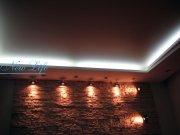 Многоуровневый потолок из гипрока и  матовой фактуры натяжного потолка с горящей светодиодной подстветкой за потолком