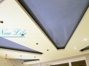 Многоуровневый натяжной потолок  из лаковой цветной и белой матовой фактуры, солнечные лучи в небе