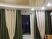 Двухуровневый потолок - сочетание белой матовой и цветной глянцевой фактур