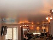 Сатиновый белый натяжной потолок со встроенными потолочными люстрами на кухне