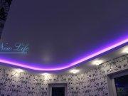 Светодиодная подсветка многоуровневого натяжного потолка в комнате