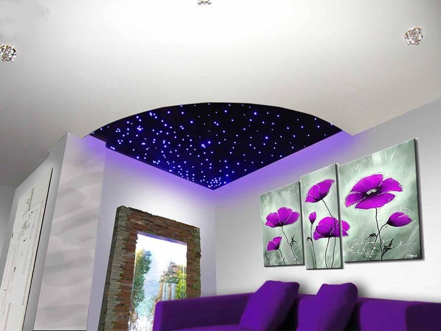 Натяжной потолок Звездное небо в гостиной комнате в составе двухуровневой конструкции