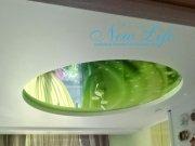 Зеленая арт печать в двухуровневом потолке