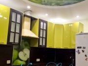 Сочетание цветов арт печати двухуровневого потолка и цветов дизайна кухни