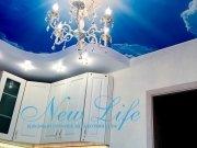 двухуровневый потолок с арт печатью и люстрой в центре
