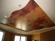 Фотопечать Небо на лаковом натяжной потолке в составе двухуровневого потолка