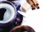 Чашка кофе с кусочками сахара и шоколада в блюдцах и корица, изображение 5