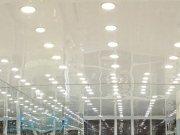 потолок на лаковой фактуре со встроенными светильниками в зеркальном интерьере