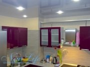 Потолок на кухне лаковой фактуры цветом L 27