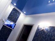 Синий лаковый потолок в гипрочной конструкции
