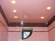 Потолок из лаковой цветной фактуры в тон плитки в ванной