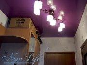 Лаковый натяжной потолок пурпурного цвета в прихожей