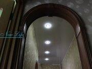 Лаковый цветной потолок со встроенными светильниками в коридоре